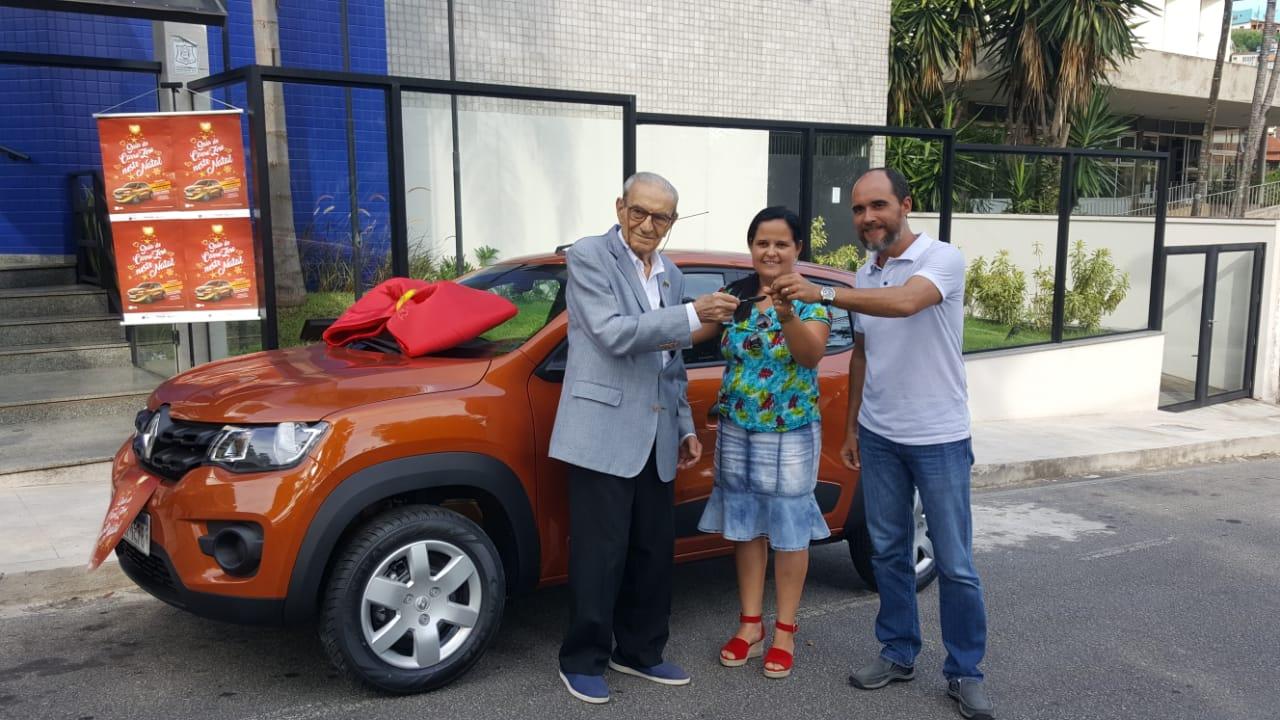Foto - CDL de Barra Mansa entrega carro à ganhadora da campanha de Natal
